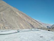 Gola del fiume di Kali Gandaki con le alte scogliere e la valle con uno shepard che conduce le sue capre e pecore fotografie stock