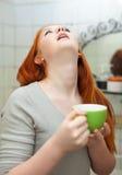 Gola gargling della ragazza teenager dai capelli rossi Immagini Stock