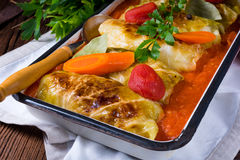 Golabki - le chou polonais roule en sauce tomate photographie stock