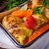 Golabki - le chou polonais roule en sauce tomate image stock