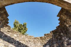 Golan Heights Israel - mars 31, 2018: Mäktiga rest för Kursi nationalpark av en kloster och en kyrka royaltyfri fotografi