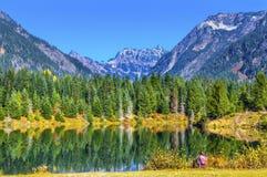 Gold湖反射桃红色远足者Mt Chikamin峰顶Snoqualme通行证 免版税库存照片