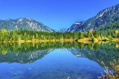 Gold湖反射Mt Chikamin峰顶Snoqualme通行证华盛顿 库存照片