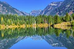Gold湖反射Mt Chikamin峰顶Snoqualme通行证华盛顿 图库摄影