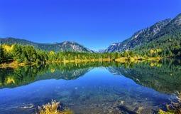 Gold湖反射Mt Chikamin峰顶Snoqualme通行证华盛顿 免版税库存照片
