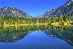 Gold湖反射Mt Chikamin峰顶Snoqualme通行证华盛顿 免版税库存图片