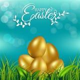 Gold ärgert auf frischem Frühlingsgras für Ostern-Tagesgrußkarte Lizenzfreie Stockfotos