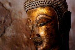 Gold überzog Buddha-Statuen in einer Höhle um die Stadt lizenzfreies stockbild
