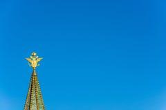 Gold überzog doppelköpfigen Adler auf dem Helm des historischen M Stockbild