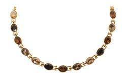 Gold überzogene Halskette auf einem weißen Hintergrund Stockfoto