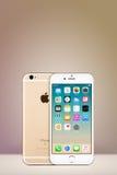 Gold-Apple-iPhone 7 mit IOS 10 auf dem Schirm auf vertikalem Steigungshintergrund mit Kopienraum Stockbilder