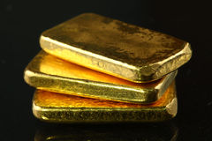 Gold bar put on the dark background. Royalty Free Stock Photography