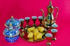 Gold-Barren Gold-Krug Tee Glas-benjarong auf Hintergrund Lizenzfreie Stockfotos