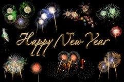 Gold beschriftet guten Rutsch ins Neue Jahr und Blitze von Feuerwerken Stockfoto