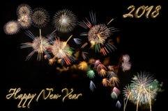 Gold beschriftet guten Rutsch ins Neue Jahr 2018 und blitzt von den Feuerwerken Stockfotografie