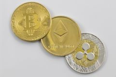 Free Gold Bitcoin, Etherium And Ripple Tokens In A Row Royalty Free Stock Images - 113608809