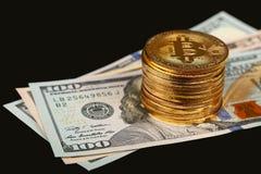 Gold-bitcoin körperliche Münzen auf PapieruS-Dollars lizenzfreie stockbilder