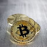 Gold-bitcoin Münze lizenzfreie stockfotografie