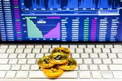 Gold-bitcoin und BTC-Handelsdiagrammhintergrund Virtuelles Währungskonzept stockfotografie
