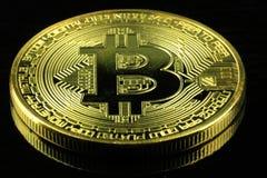 Gold-Bitcoins-cryptocurrency Geld auf einem schwarzen Hintergrund stockfoto