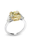 Gold brilliant ring Royalty Free Stock Photos
