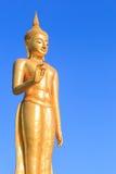 Gold-Buddha-Statue auf blauem Himmel Lizenzfreie Stockfotos