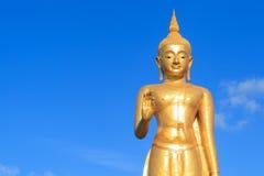 Gold-Buddha-Statue auf blauem Himmel Stockbild
