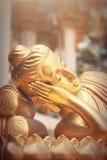 Gold-Buddha-Statue im Tempel von Thailand Stockfotos
