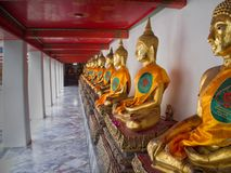 Gold-Buddha-Statue in Wat Pho Temple in Bangkok, Thailand stockbilder