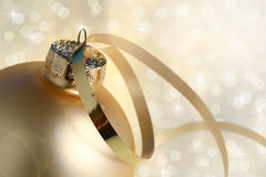 Free Gold Christmas Bauble And Lights Royalty Free Stock Photography - 16843607