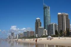 GOLD COAST, АВСТРАЛИЯ - 25-ОЕ МАРТА 2008: Люди посещают пляж в Gold Coast, Австралии  стоковые фото