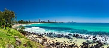 GOLD COAST, AUS - 4 DE OCTUBRE DE 2015: Horizonte de Gold Coast y bea que practica surf Foto de archivo libre de regalías