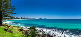 GOLD COAST, AUS - 4 DE OCTUBRE DE 2015: Horizonte de Gold Coast y bea que practica surf Fotos de archivo libres de regalías