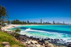 GOLD COAST, AUS - 4 DE OCTUBRE DE 2015: Horizonte de Gold Coast y bea que practica surf Imágenes de archivo libres de regalías