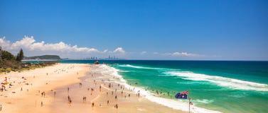 GOLD COAST AUS - FEBRUARI 15 Currumbin strand med många personer under royaltyfri fotografi