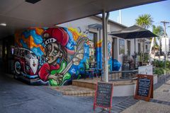 Gold Coast Queensland Austrália arte mural da parede dos grafittis do 20 de outubro de 2018 na entrada lateral da estrada diantei fotografia de stock royalty free