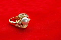Gold Diamond Pearl Ring auf rotem Samt Lizenzfreies Stockbild