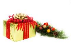 Gold-Eingewickeltes Feiertags-Geschenk mit doppelten Bögen Lizenzfreies Stockbild