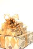 Gold eingewickeltes Weihnachtsgeschenk Stockbild