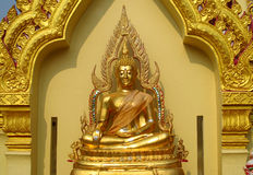 Gold-Farbe-Buddha-Statue im buddhistischen Tempel Stockfotografie