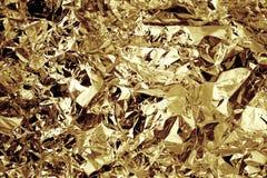 Gold farbiger zerquetschter strukturierter Hintergrund der Folie stockfotografie