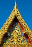 Gold geschnitzt auf der alten Kirche Stockfoto