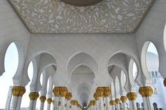 Gold gilted Spalten Sheikh Zayed Grand Mosque lizenzfreies stockbild