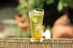 Gold-guarana alkoholfreies Getränk mit Eiswürfeln lizenzfreies stockbild