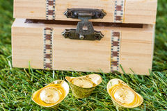 Gold ingot and wood coffer Royalty Free Stock Photography