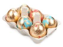 Gold-Osterei auf weißem Hintergrund Stockbilder