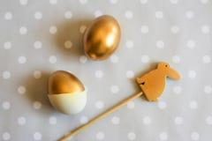 Gold-Osterei- und hölzerneskaninchen verziert, oben Lizenzfreies Stockfoto