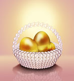 Gold-Ostereier im Perlenkorb. Lizenzfreie Stockfotos