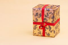 Gold Parcel - goldenes Geschenkpaket Royalty Free Stock Images