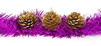 Gold-pinecone auf Lametta Lizenzfreie Stockbilder